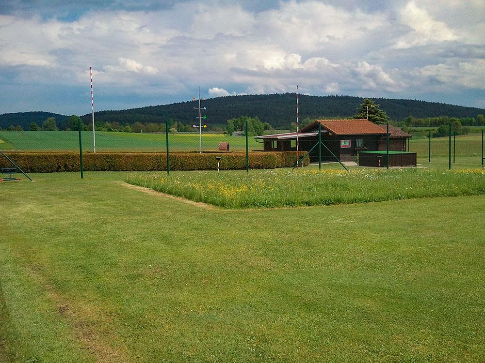 Blick von der Landebahn zur Hütte
